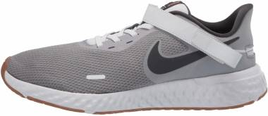 Nike Revolution 5 FlyEase - Grigio Smoke Grey Dk Smoke Grey Photon Dust Mtlc Copper Gum Med Brown (CJ9885002)