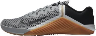 Nike Metcon 6 - Lt Smoke Grey Dk Smoke Grey Summit White Gum Med Brown Mtlc Gold (CK9388009)