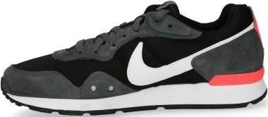 Nike Venture Runner - Black Iron Grey Flash Crimson (CK2944004)