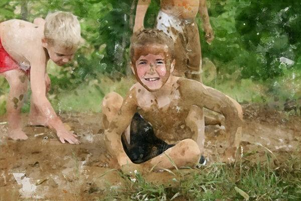 kids-playing-in-mud-on-a-hike